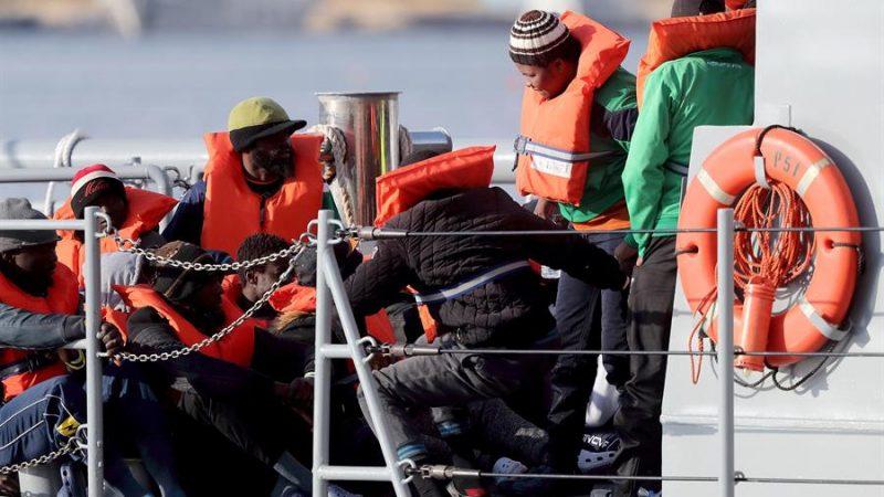 Cuarentena de los migrantes del Alan Kurdi en un barco italiano ...